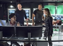"Arrow -- ""Beacon of Hope"" -- Image AR417a_0432b.jpg -- Pictured (L-R): Echo Kellum as Curtis Holt, Paul Blackthorne as Detective Quentin Lance, David Ramsey as John Diggle, Katie Cassidy as Laurel Lance and Stephen Amell as Oliver Queen -- Photo: Dean Buscher/The CW -- © 2016 The CW Network, LLC. All Rights Reserved."