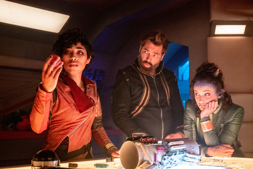"""VAGRANT QUEEN -- """"Rocket Science"""" Episode 104 -- Pictured: (l-r) Adriyan Rae as Elida, Tim Rozon as Isaac, Alex McGregor as Amae -- (Photo by: Marco Cruz/Vagrant Productions/SYFY)"""
